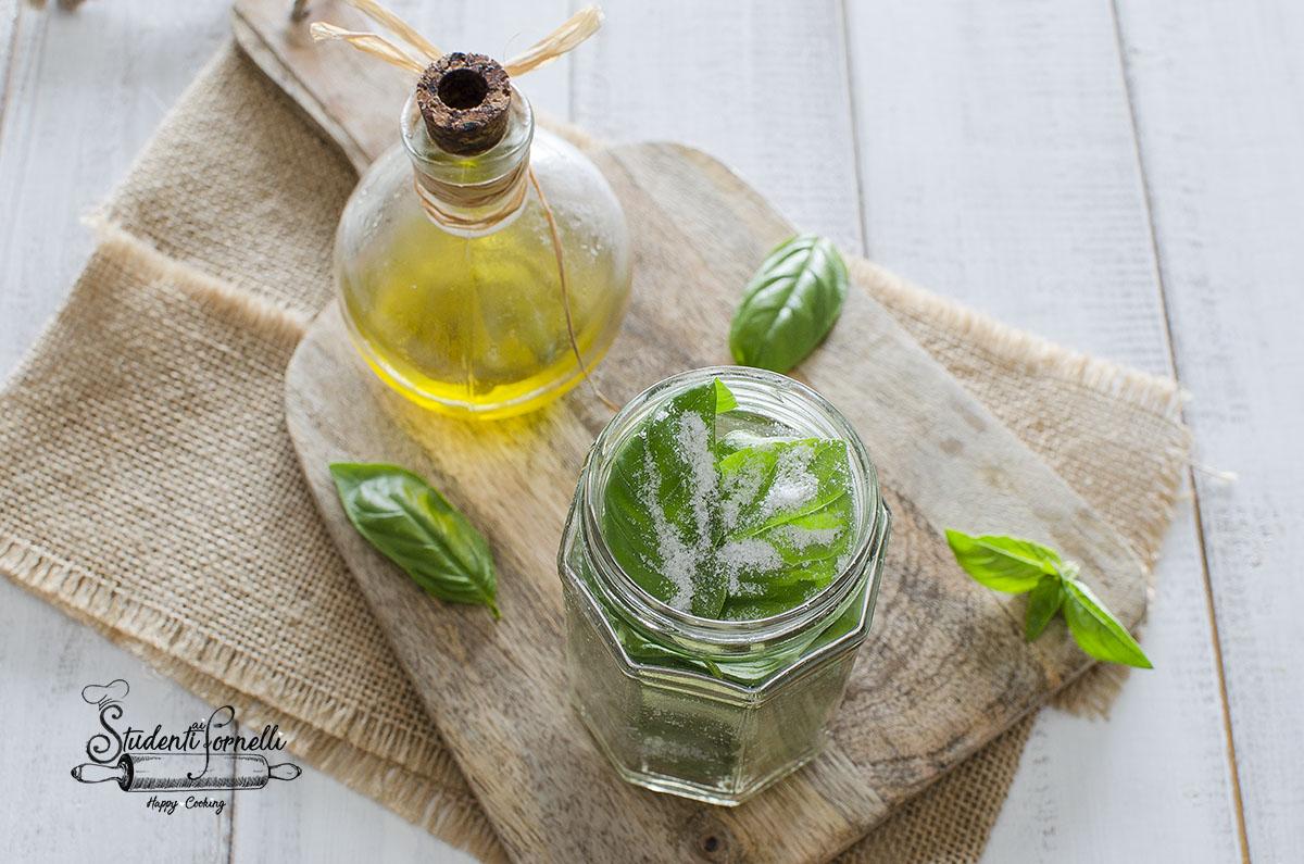 Basilico sotto sale come conservarlo e fare sale aromatizzato