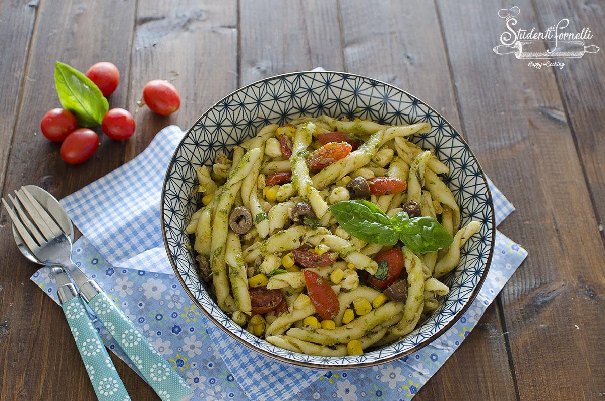 ricetta insalata di pasta fresca alla mediterranea olive pesto mozzarella pomodorini ricetta primo estivo