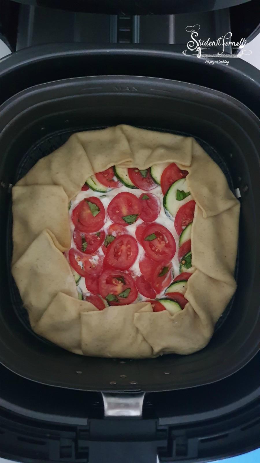 torta salata sfoglia zucchine e ricotta e pomodorini in friggitrice ad aria
