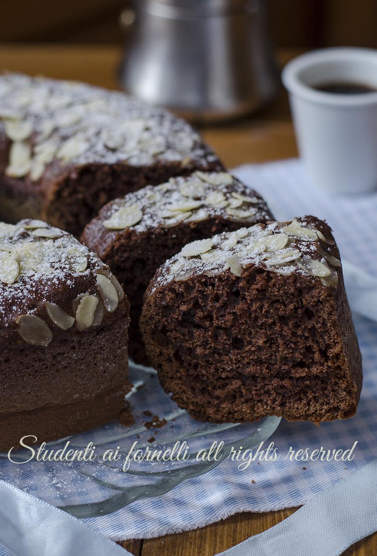 ricetta ciambellone cioccolato e mandorle sofficissimo-senza-burro-ricetta-ciambella-colazione-cacao morbida