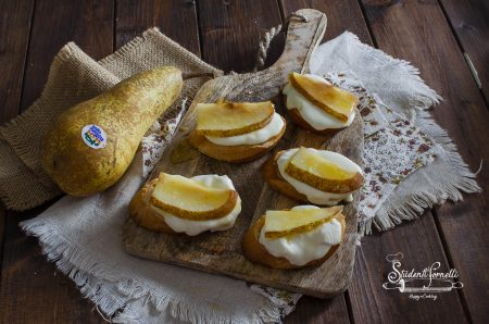 crostini pere e squacquerone al miele ricetta antipasto veloce