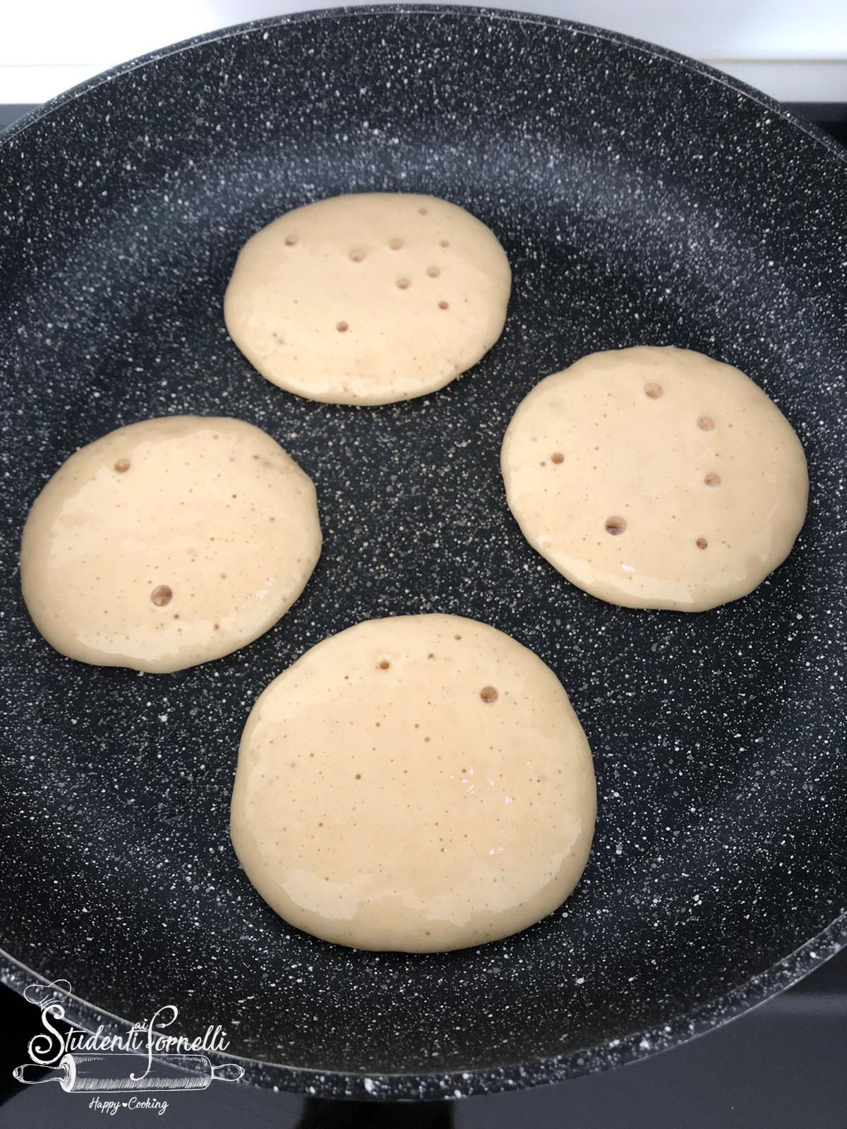 ricetta pancake allo yogurt greco ricetta dolci colazione senza burro pancake con yogurt greco e albumi senza burro e latte (2)