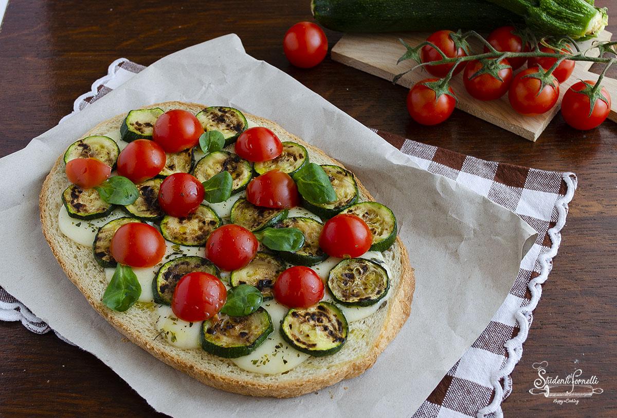 2020 crostone con zucchine grigliate formaggio e pomodorini ricetta crostone vegetariano gstoso