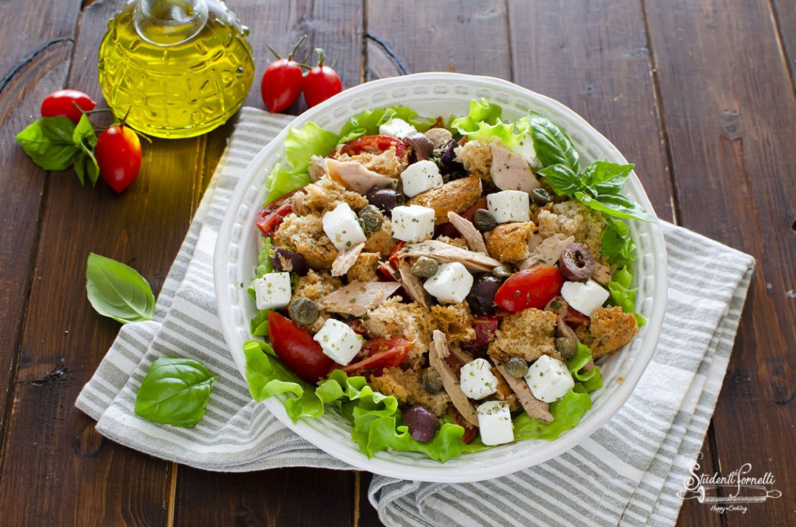 panzanella con insalata alla greca feta pomodori tonno ricetta