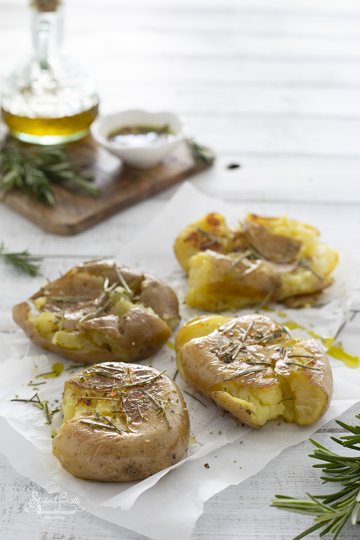 patate schiacciate in padella ricetta smashed potatoes