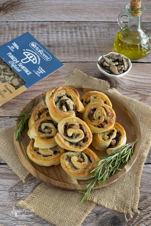 ricetta girelle funghi e pancetta ricetta aperitivo girelle di pasta sfoglia