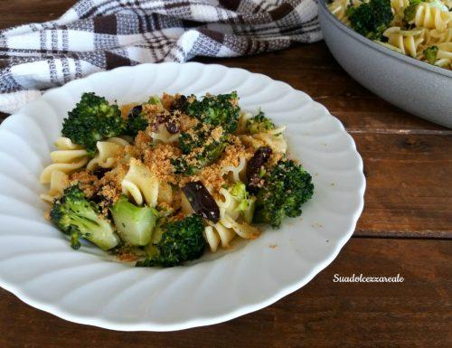 Pasta ai broccoli, acciughe e pangrattato profumato