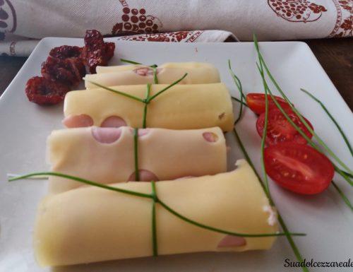 Involtini di emmental con mousse di prosciutto e pomodori secchi