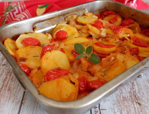 Patate cipolle e pomodori al forno