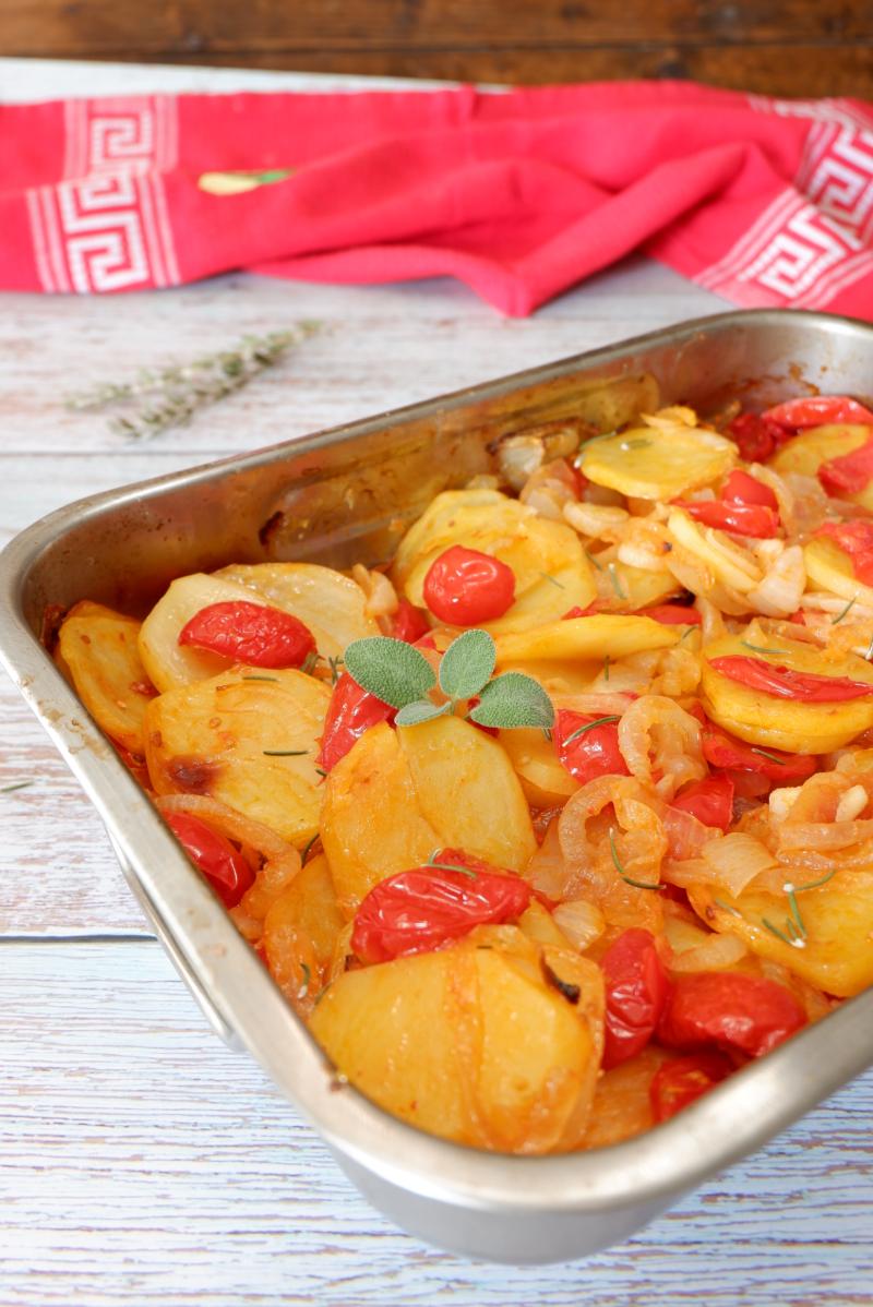 ricetta patate cipolle e pomodori al forno