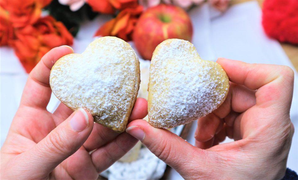 Romantici Cuori di frolla, con dolce ripieno di mela, dal sapore delizioso