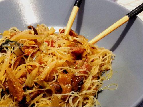 Spaghetti di Riso con Salsiccia e Funghi