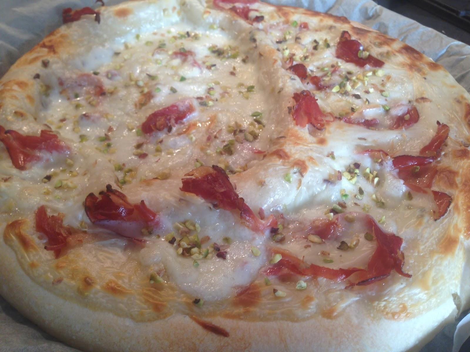 Pizza Bianca con pistacchi e speck