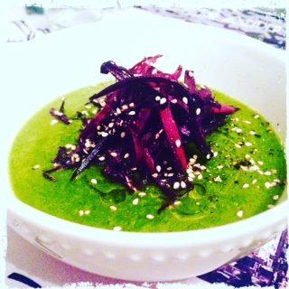 Vellutata di broccolo e cavolo nero con carote viola croccanti ai semi di sesamo
