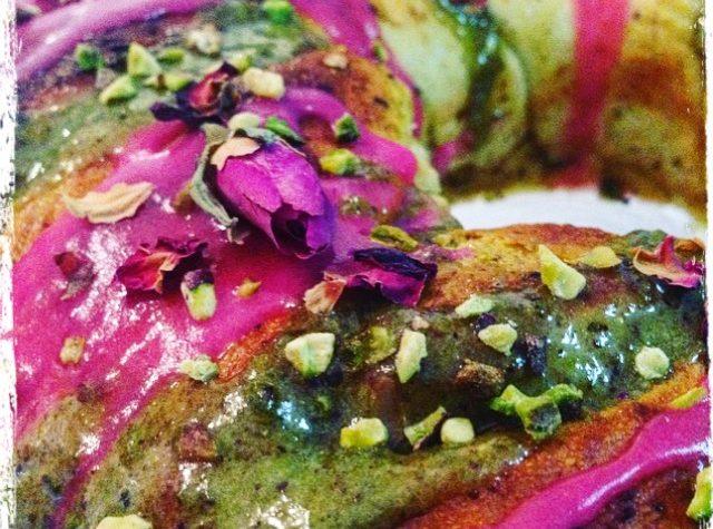 Pan brioche con crema al pistacchio e glassa all'acqua di rose
