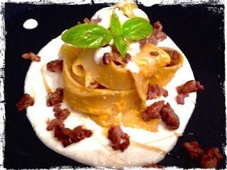 Pappardelle al pesto di zucca con salsiccia e fonduta di brie al miele di castagno
