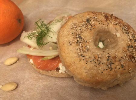 Bagel alla farina di farro con ricotta, finocchio, burro di mandorle e salmone affumicato marinato con arancia e zenzero