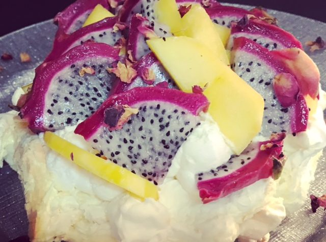 Pavlova al red dragon fruit e mango