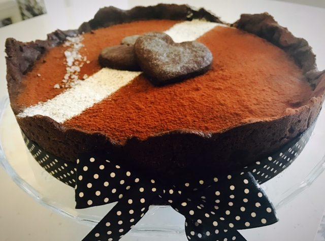 Crostata al cacao con caramello salato e ganache al cioccolato fondente