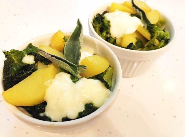 Cocottine di verza e patate con mozzarella al profumo di salvia