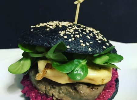 Hamburger nero con carne di cavallo mousse di barbabietola scamorza affumicata e songino