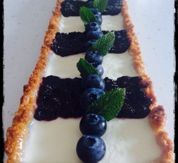 Crostata integrale con panna cotta e coulis di mirtilli