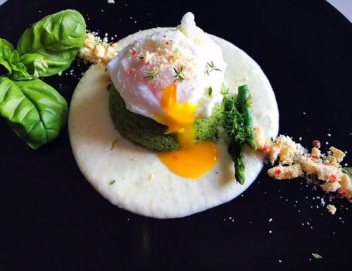Flan di asparagi con uovo in camicia su fonduta di parmigiano e crumble di taralli e mandorle aromatizzato al pepe rosa e timo