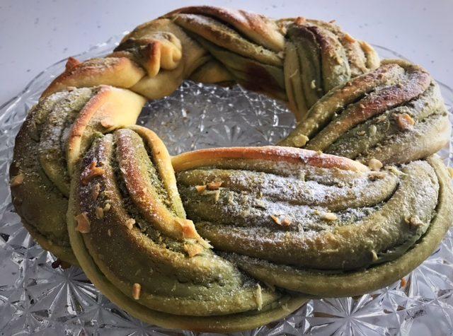 Pan brioche alla crema di pistacchio con mandorle