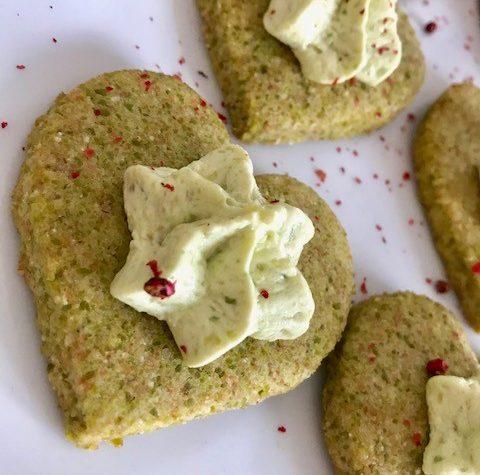 Biscotti salati con farina di piselli e riso con mousse di avocado al pepe rosa