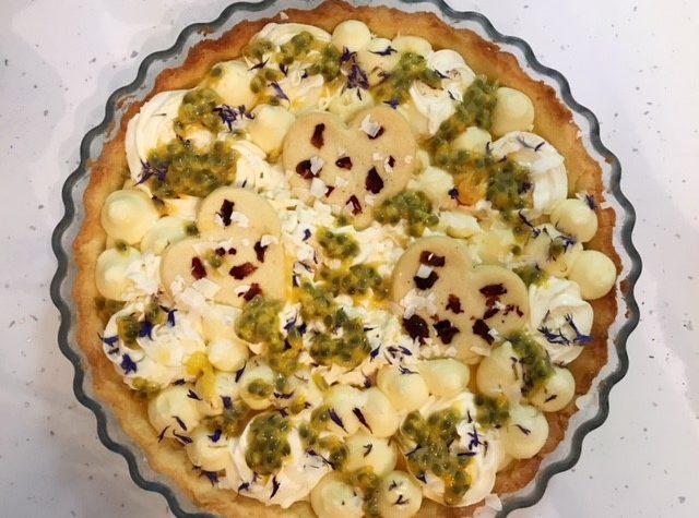 Crostata con crema al bergamotto, crema di cioccolato bianco e passion fruit