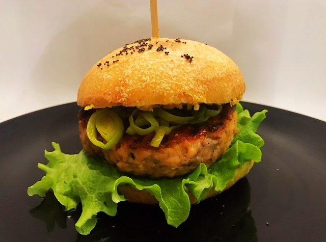 Burger buns allo zafferano con hamburger di salmone, mousse di avocado e porro saltato alla birra