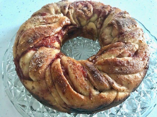 Pan Brioche con marmellata di fragole e fiori di gelsomino