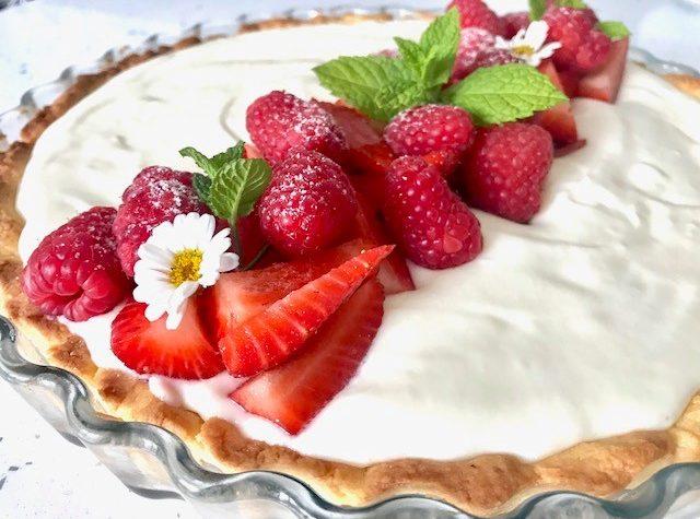 Crostata con crema al latte fragole e lamponi