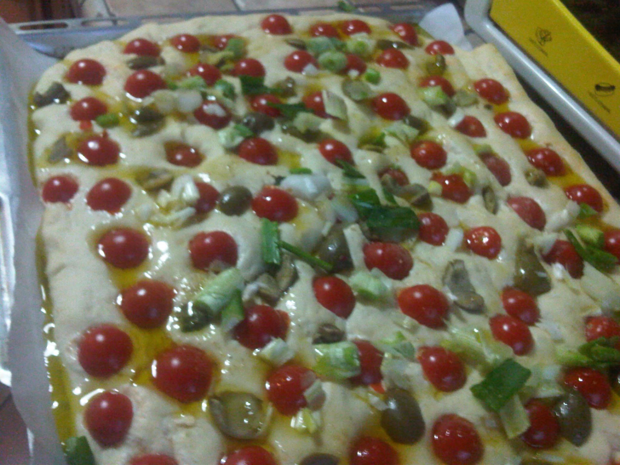 Focaccia con pomodorini scalogno e olive verdi