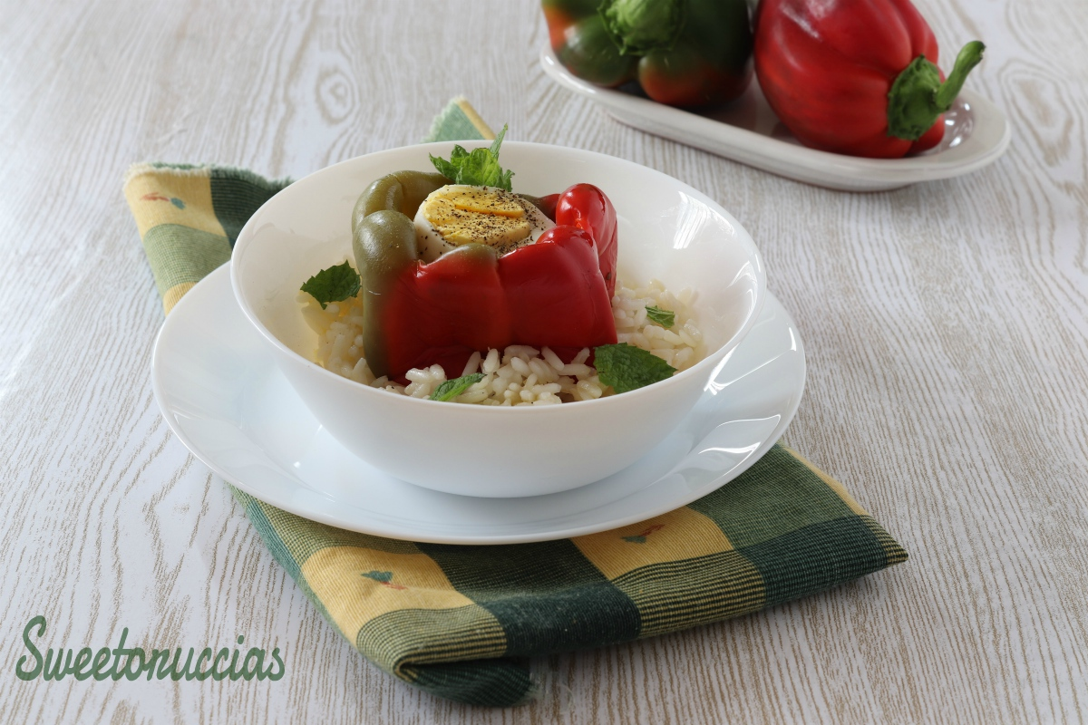 peperoni ripieni di uovo sodo in letto di riso
