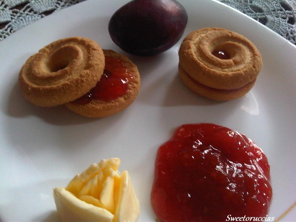marmellata di susine e biscotti