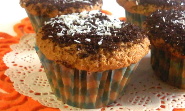 Muffin al caffè coperto al cioccolato fondente