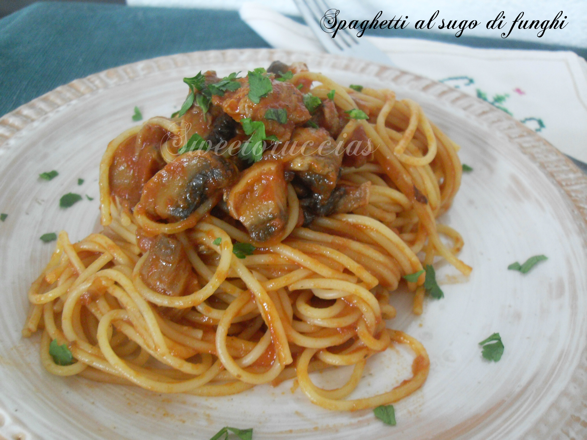 Spaghetti al sugo di funghi