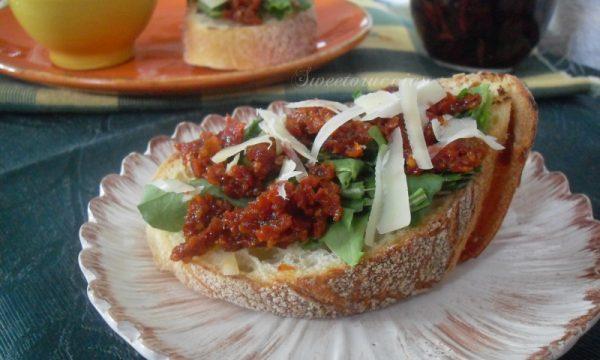 Bruschetta con pesto di pomodori secchi