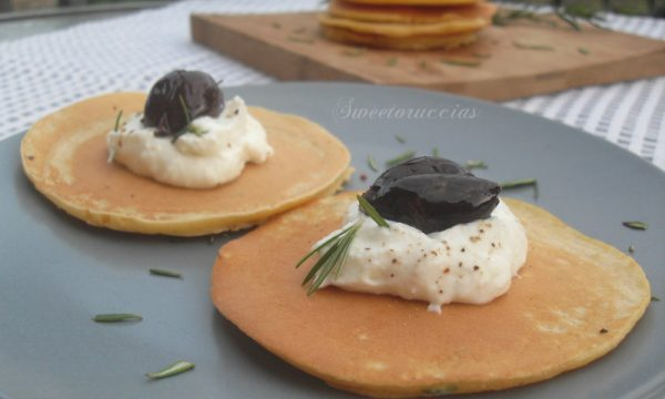 Pancakes salati con farina di ceci e rosmarino