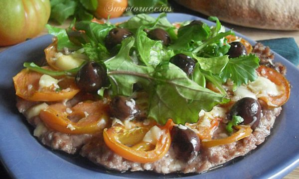 Pizza di carne con olive e rucola