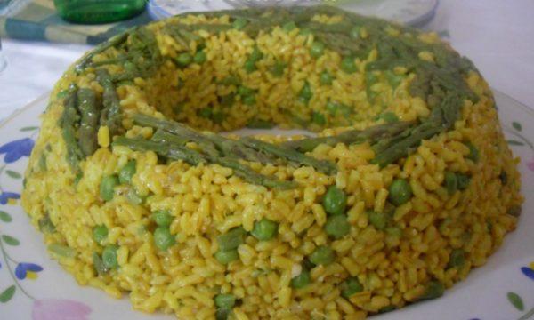 Timballo di riso integrale con asparagi e piselli
