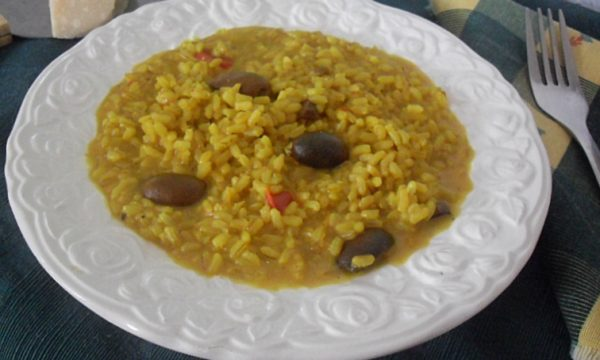Riso integrale alle olive e curcuma