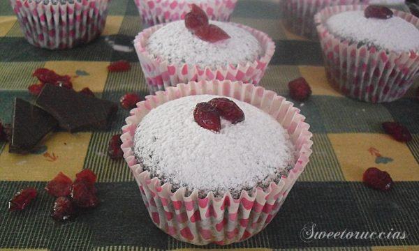 Muffin al cacao con frutti rossi e farina integrale