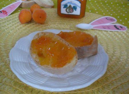Confettura di albicocche con scorzette di limone