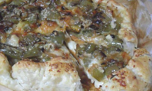Torta rustica con peperoni e formaggi