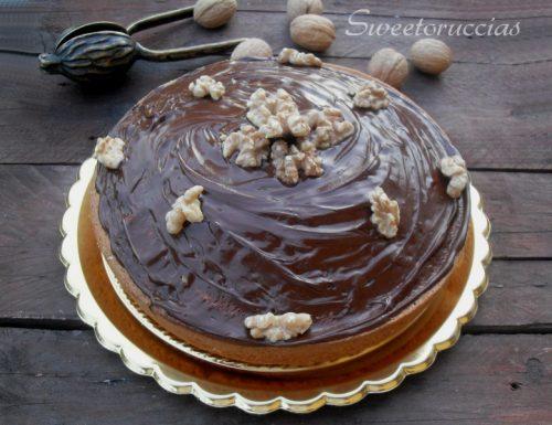 Torta di noci glassata al cioccolato