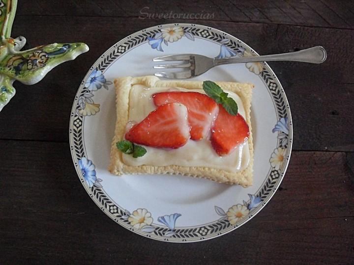 Sfogliatine con crema pasticcera e fragole fresche