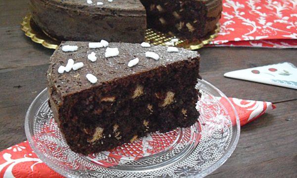 Torta al cacao con biscotti nell'impasto