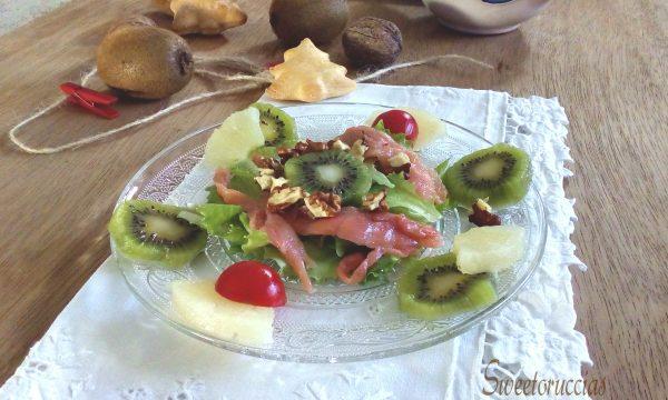 Insalata al kiwi con salmone e frutta secca